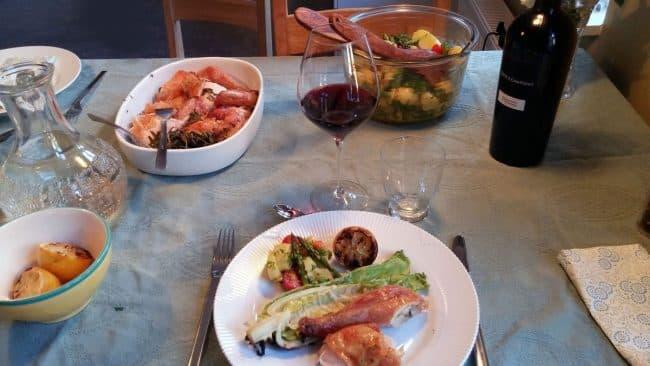 Bordet er dækket med kylling på grill