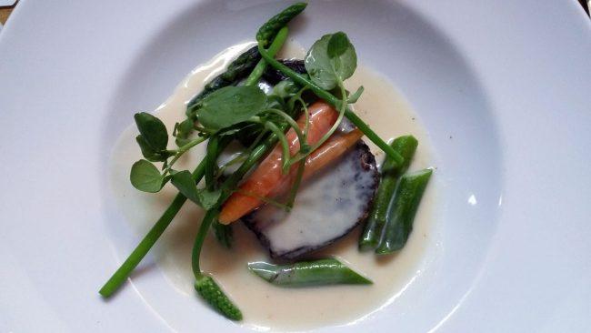 Kalvefrikassé med nye gulerødder, asparges og små kartofler