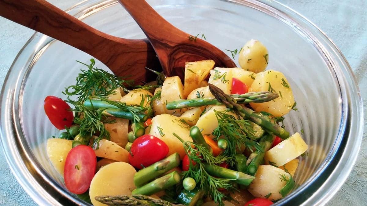 Kold, nem kartoffelsalat - Med årstidens grøntsager