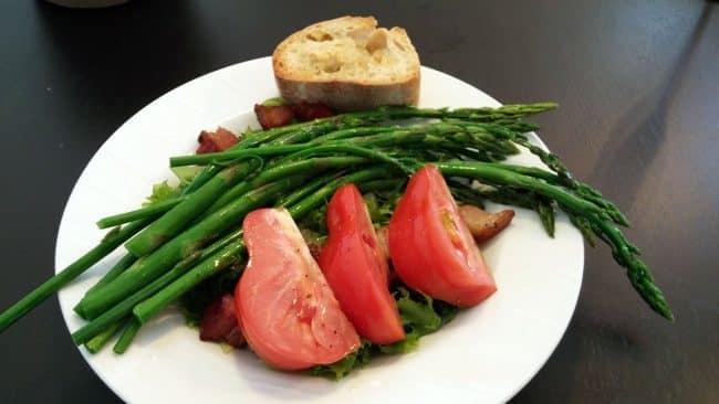 Sommersalat med asparges, bacon, tomat, hvidløgsbrød og vinaigrette