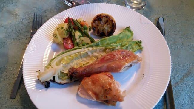 Kylling på grill med grillet spidskål, grillet citron og let kartoffelsalat