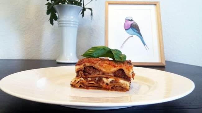 Hjemmelavet lasagne med kunst bagved