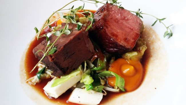 Kalv, spidskål, asparges og pebersauce