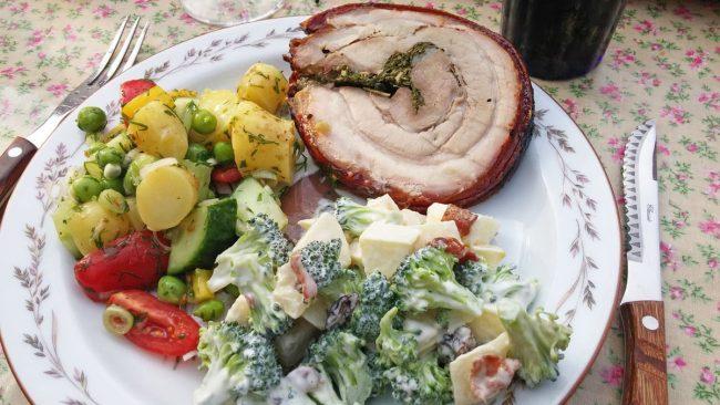 Porchetta på grill med kold kartoffelsalat og broccolisalat