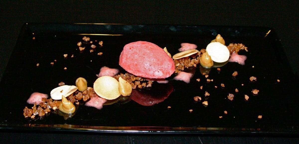 Hvid chokoladeganache, jordbær og knas