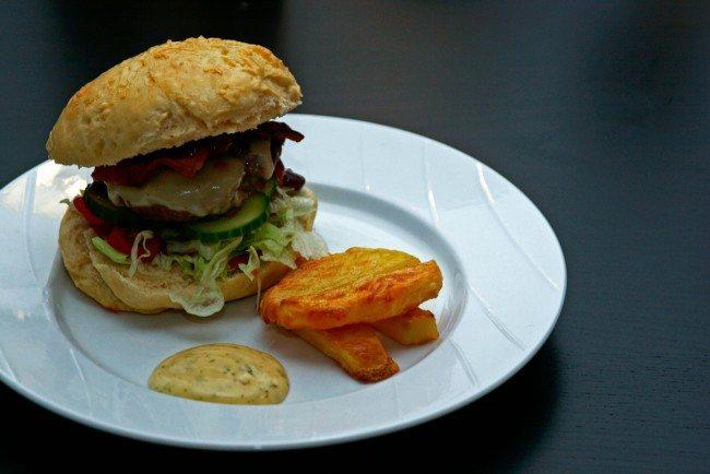 Hjemmelavet burger med hjemmelavede pommes frites og hjemmepisket bearnaise mayonnaise