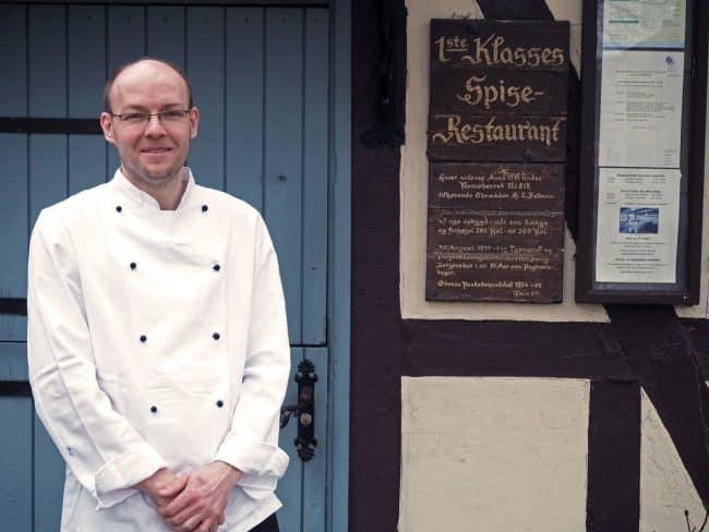 Brian Madsen foran Restaurant Under Lindetræet