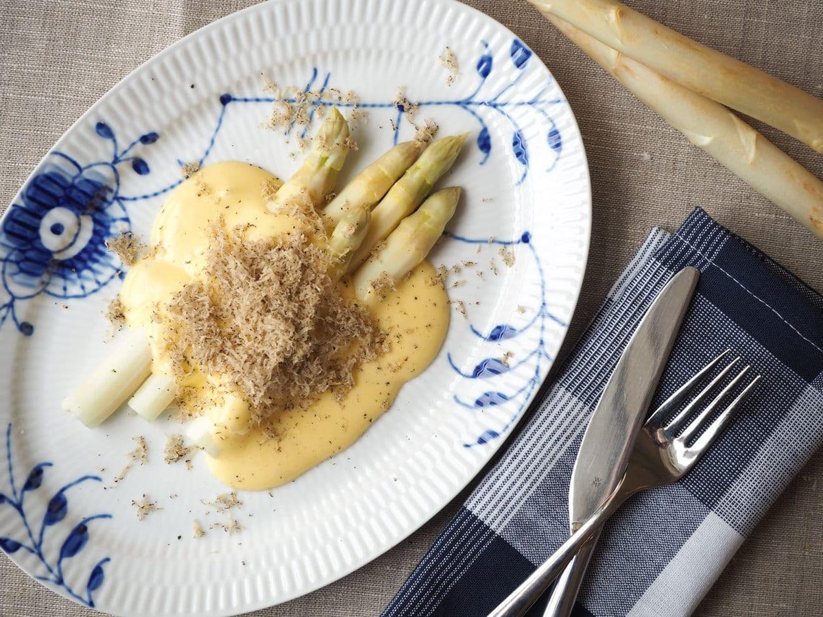 Hvide asparges, hollandaise og trøfler