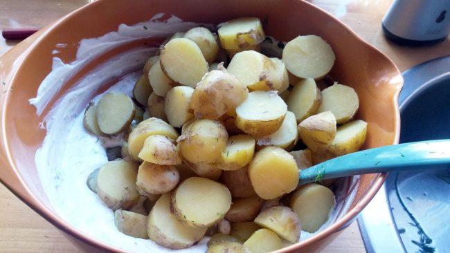 Kartofler-tilsættes-kartoffelsalat