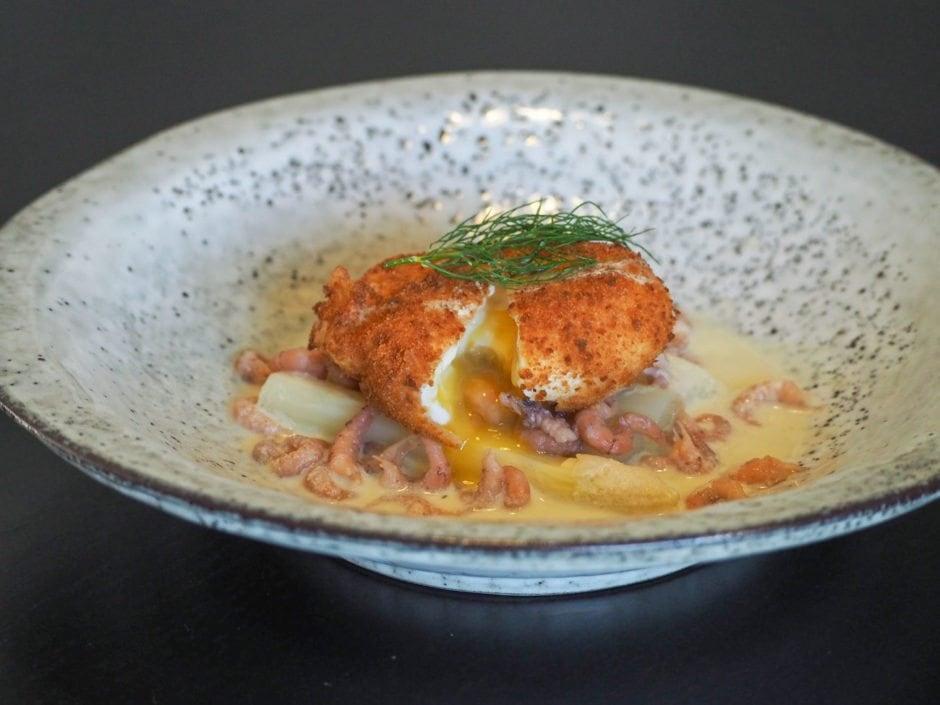 Sprødt pocheret æg, asparges, rejer & dild | Madsvin.com
