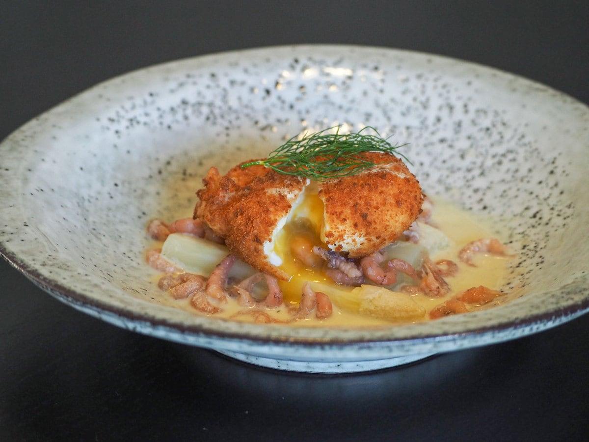 Sprødt pocheret æg, asparges, rejer & dild