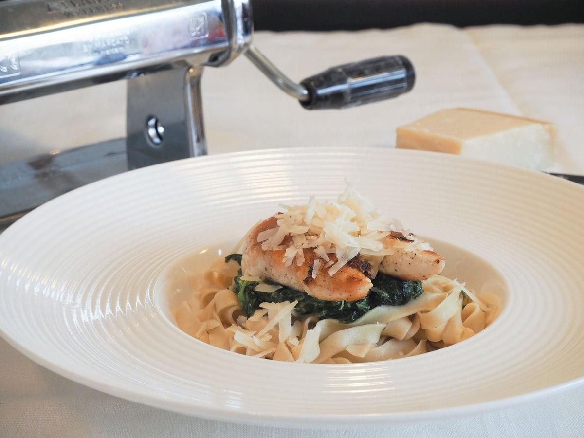 Hjemmelavet pasta med kylling, spinat og parmesan