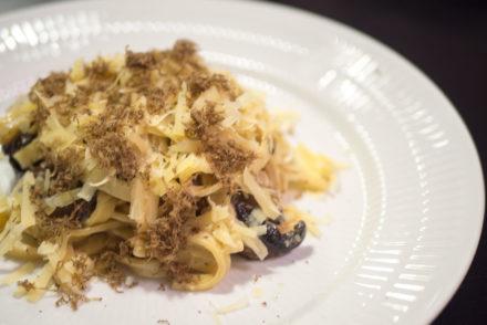 Pasta med svampe, ost og salviesauce