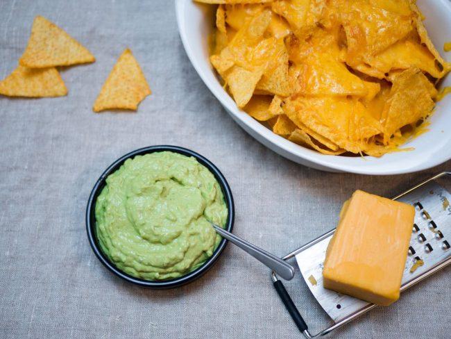 Hjemmelavet guacamole, nachos og cheddarost