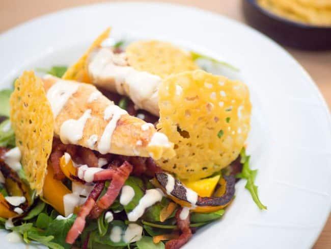 Parmesanchips og salat