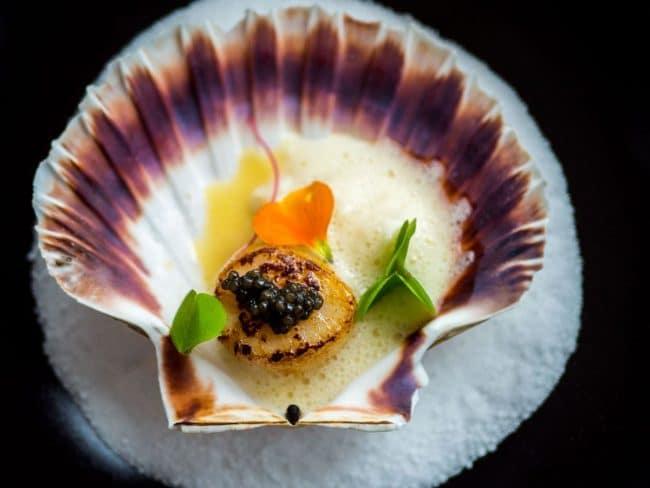"""Caviar """"Osietra"""" med kammusling, syltede blomkål, mandler og æble"""