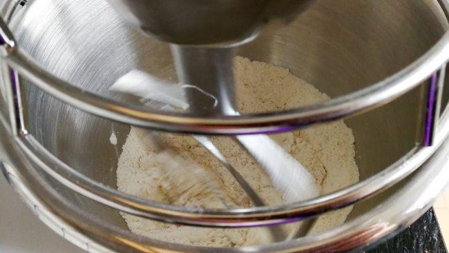 Tærtebunden røres sammen