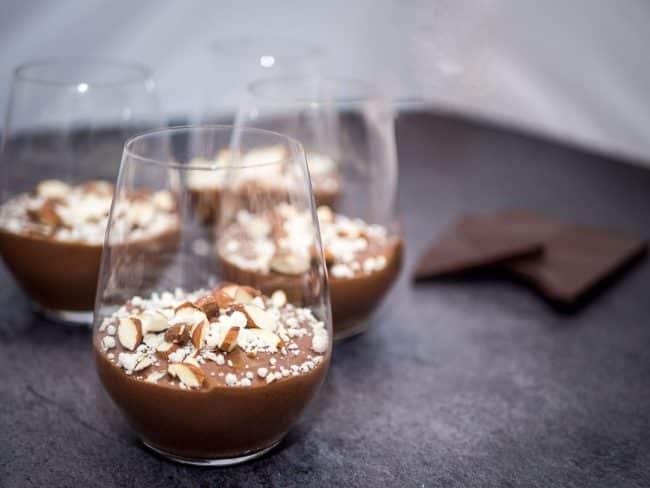 Chokolademousse med krystalliseret hvid chokolade og letbrændte mandler