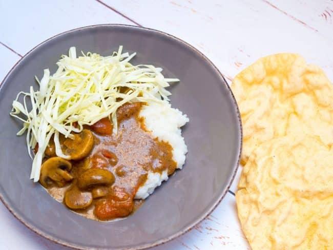 Indisk ret med garam masala, ris, spidskål og papadums