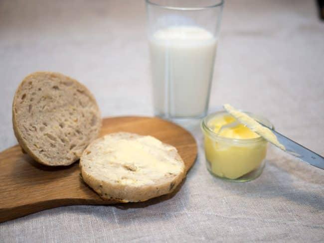Hjemmelavet smør og hjemmebagte boller