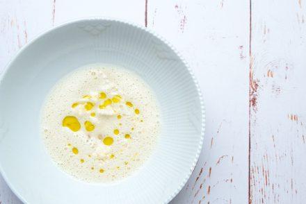 Blomkålssuppe, blomkål, bagte mandler og olivenolie