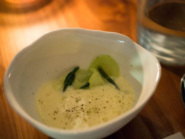 Afkølet chawanmushi med pocheret østers