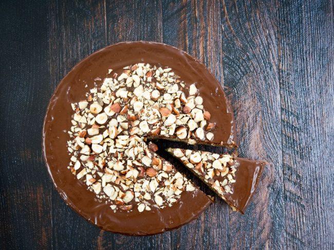 Banankage med chokolade og hasselnødder
