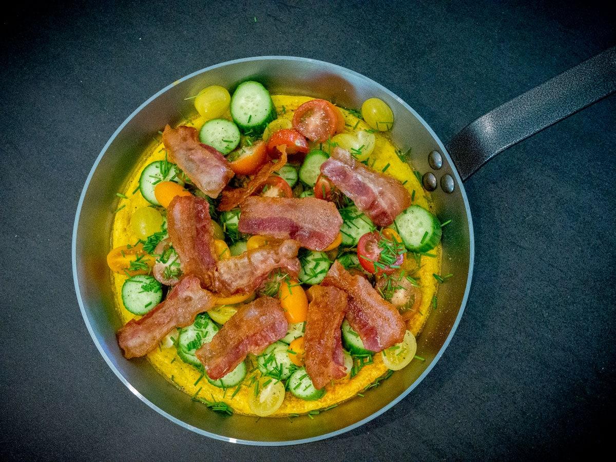 Fynsk æggekage med bacon, tomat og agurk
