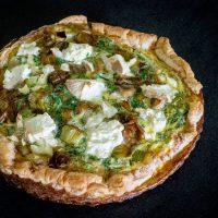 Tærte med karamelliserede porrer, fennikel og rygeost