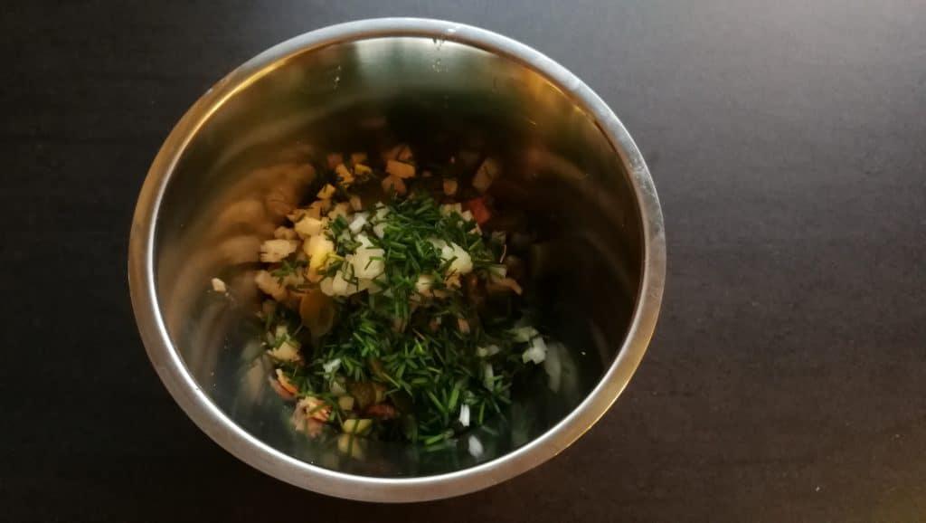 Hæld ingredienser i en skål