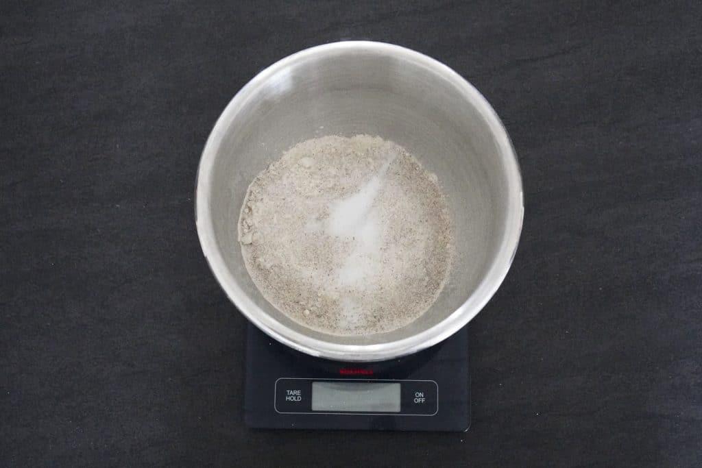 Mel og salt hældes i en skål