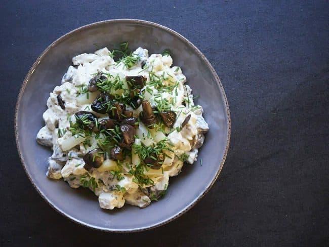 Hjemmelavet hønsesalat med smørstegt champignon