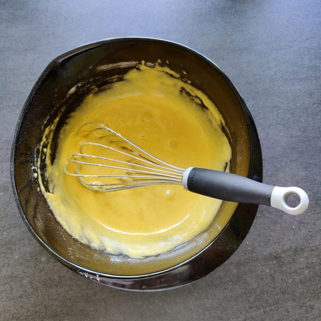 Pisk æg og det tørre helt sammen