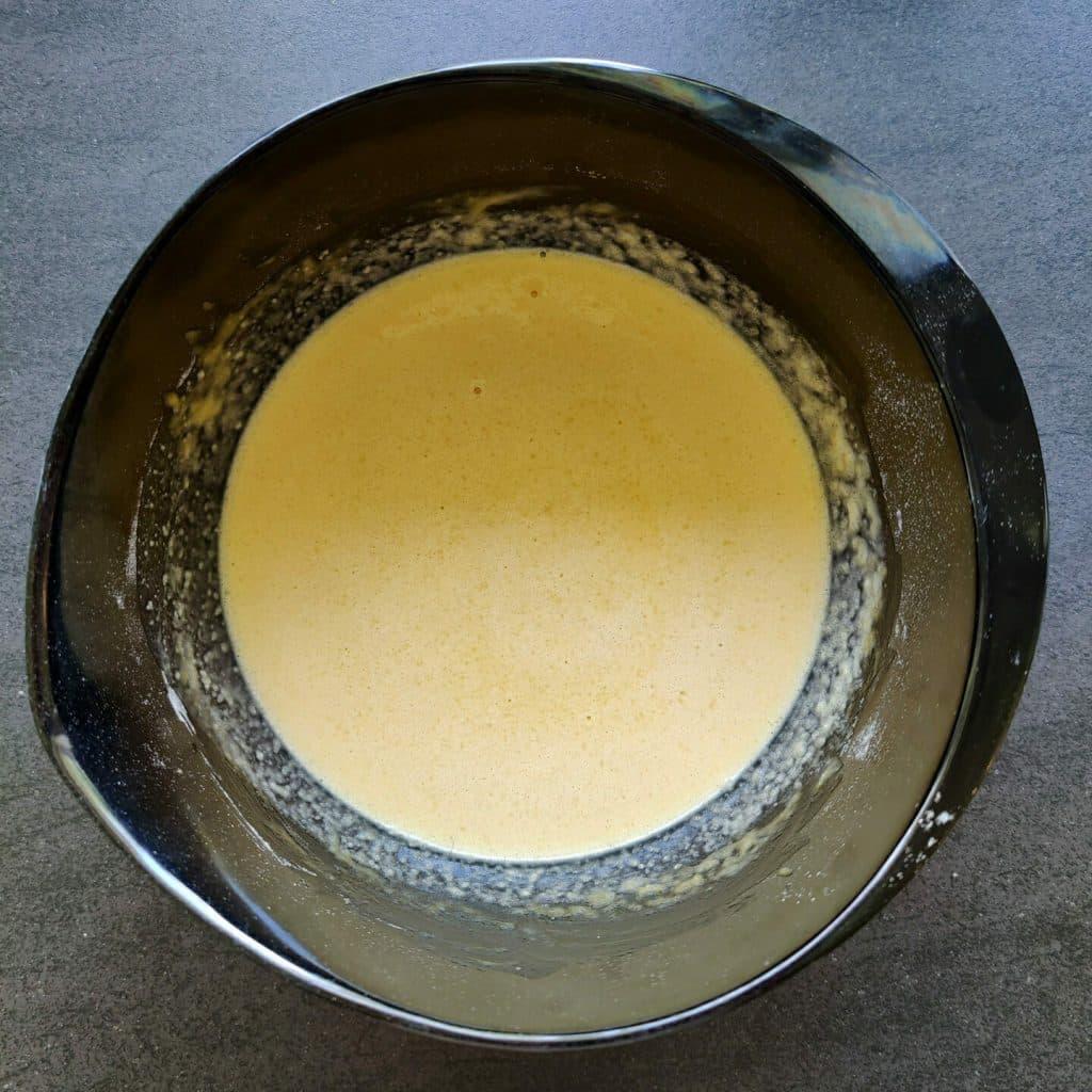 Pisk mælk i og sæt dejen på køl i 20-30 minutter