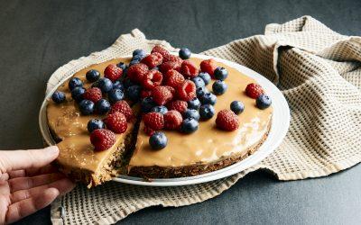 Dadelkage med saltkaramel og friske bær